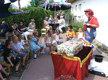 Ein Clown beim Sommerfest in der Kita Flohkiste