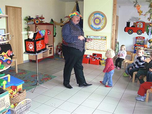 Ein Zauberer im Kindergarten