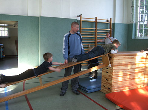 Sportstunde für die Kinder der Flohkiste